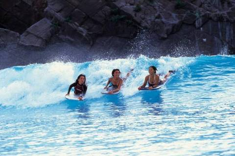 Surfing di Pantai Indoor